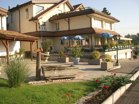 Rothenburg, Schweiz: so siehts bei warmen Temperaturen aus. einfach herrlich die Terrasse (inkl. Kinderspielplatz)