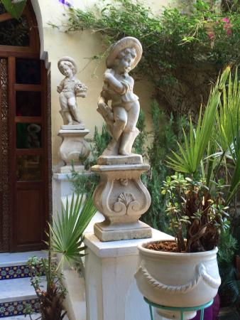 Riad Arabesque: statues at the entrance to the living spaces
