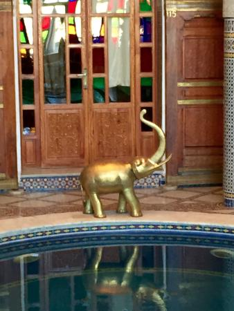Riad Arabesque: Elephant overlooking the pool