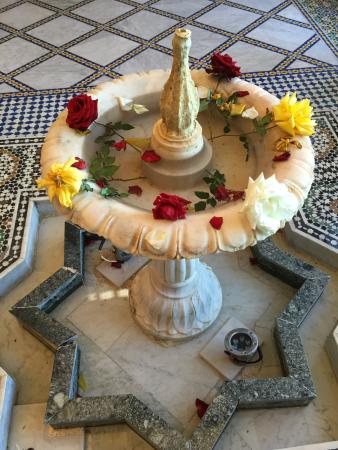 Riad Arabesque: Fountain by the pool
