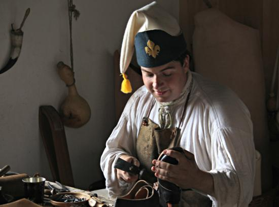 Ticonderoga, estado de Nueva York: Shoe maker in Costume, Actually making shoes for the reenactors