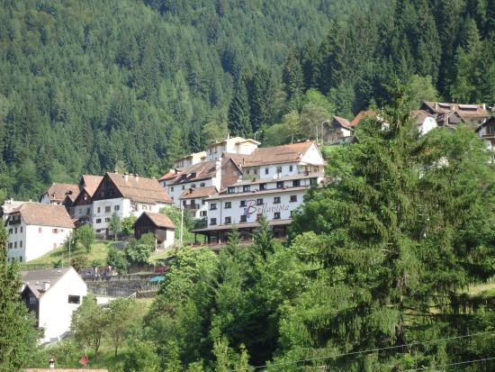 Ravascletto, إيطاليا: zicht op het hotel vanuit de verte