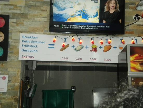 Auberge International des Jeunes : Pequeno-almoço incluído no preço, mas paga-se extra se quisermos mais do que nos põe no tabuleir