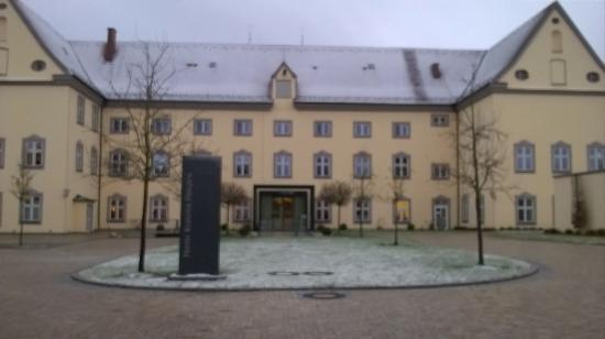 Allmannshofen, Alemania: Entrata dell'albergo con lieve spruzzata di neve