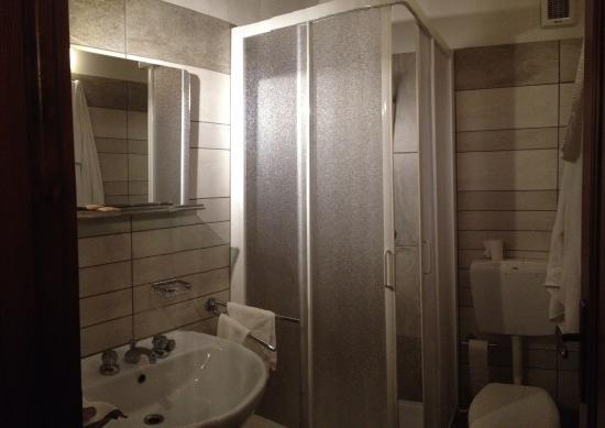 Il bagno - Picture of Albergo Ristorante Strepeis, Vinadio - TripAdvisor