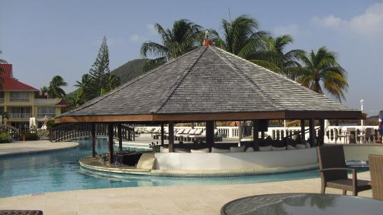 Piscine et bar picture of royal st lucia resort and spa for Club piscine joliette inc