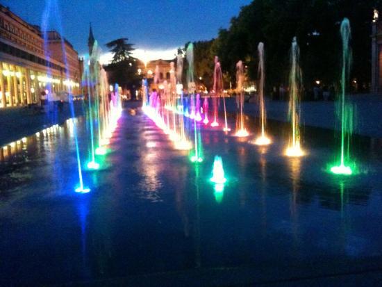 Reggio Emilia, Itália: Water Fountain at night in July