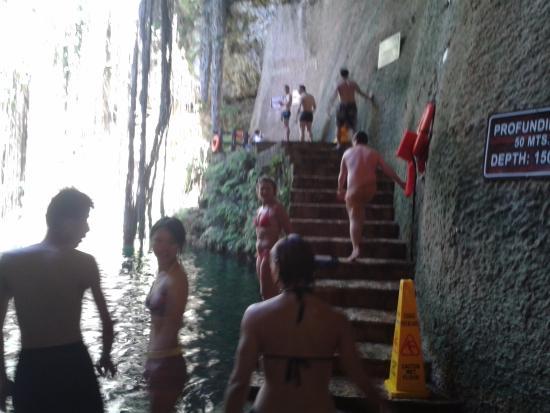 Yucatan, Mexiko: Cenote Ikil podemos escolher o degrau para dar mergulhos