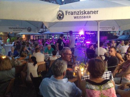 Abends Auf Dem Marktplatz Mit Livemusik Bild Von Domizil