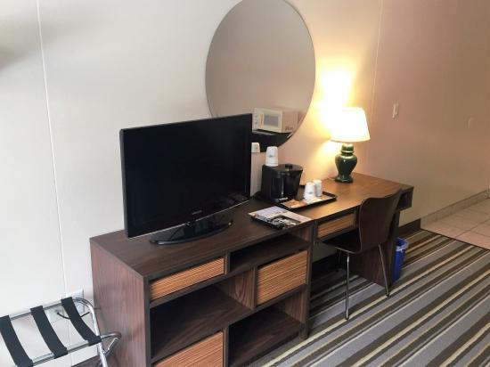 Super 8 Syracuse East: New Furniture