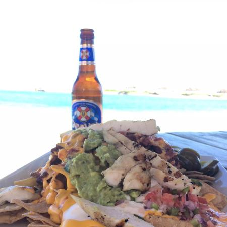 Coxen Hole, Ονδούρα: Pricey, but delicious nachos at Parrot Plantation