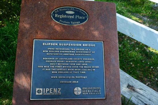 Tuatapere, Nova Zelândia: Plaque about the bridge's designer