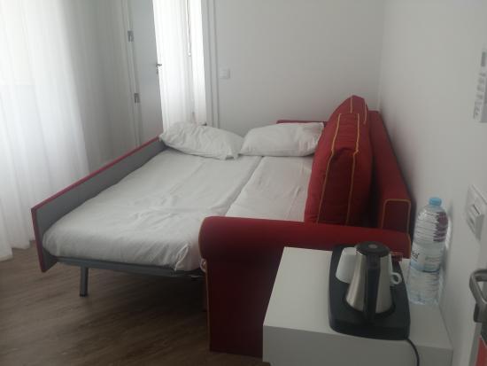Sala com sof cama suite j nior foto de hotel for Sofa cama una plaza conforama