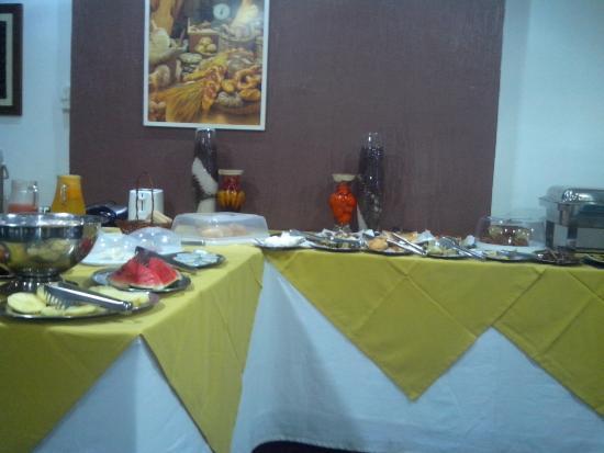 Hotel Manaos : Café da manhã com bastante variedades de frutas pão e guloseimas