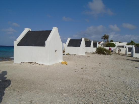 Kralendijk, بونير: slave huts