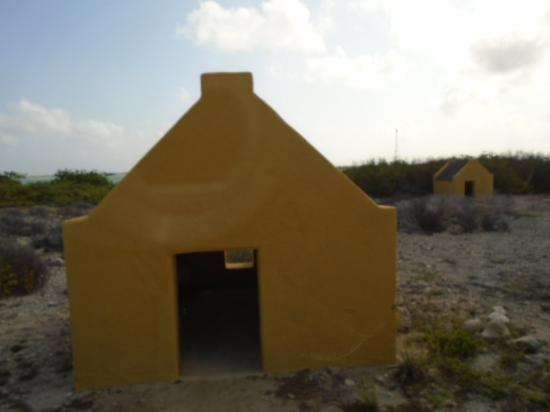Kralendijk, بونير: Slave huts. Per our tour guide there was no difference betweent the white and yellow ones