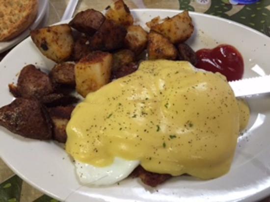 Holyoke, Массачусетс: Eggs Benedict with Homemade Corn Beef Hash