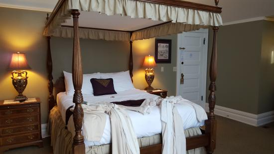 Osceola, WI: Four poster bed and robes!