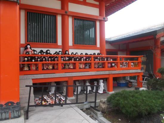Wakayama, Giappone: Beautiful Japanese dolls left at the shrine