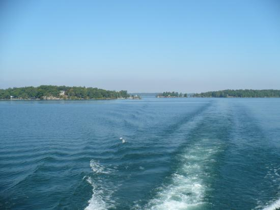 Gananoque, Kanada: Boat tour through the thousand Islands. Another boat can take you to Bold Castle which is very n