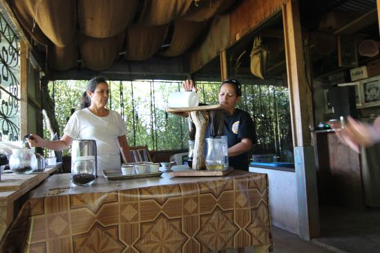Atenas, Kosta Rika: Sole and Ivette expertly brew hand crafted coffee for everyone to cup.
