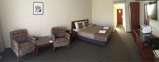 Strath Motel: Comfortable and spacious rooms. There's even a bath in the bathroom.