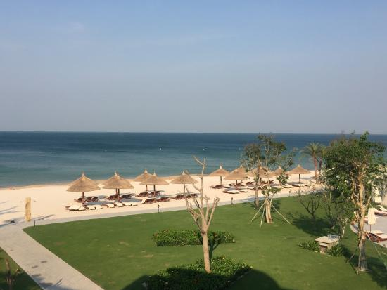 Excellent place for families: beautiful beach, a nice pool, spacious rooms with a theme park and