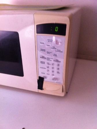 Apartotel Los Yoses Suites: Tape holding up door opener on microwave
