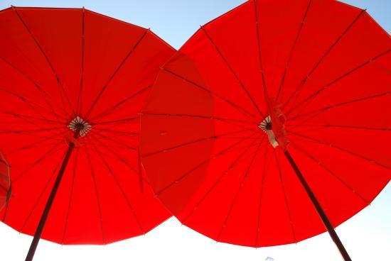 Laem Sing Beach: яркие зонтики добавляют шарма