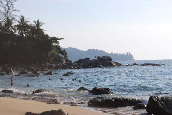 Laem Sing Beach: пляж песчаный. Большие камни не мешают