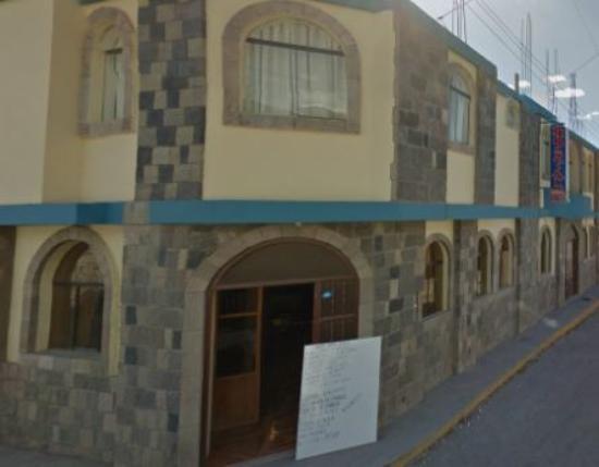 Chivay, Perú: Exteriores del Hostal, la puerta de ingreso está ubicada debajo del aviso.