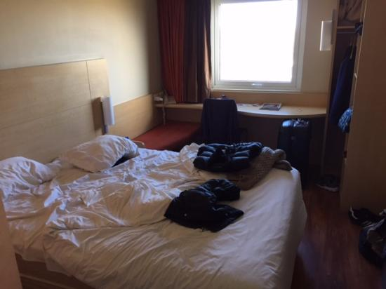 Ibis Aguascalientes Norte: Double bed and room layout (excuse the mess)