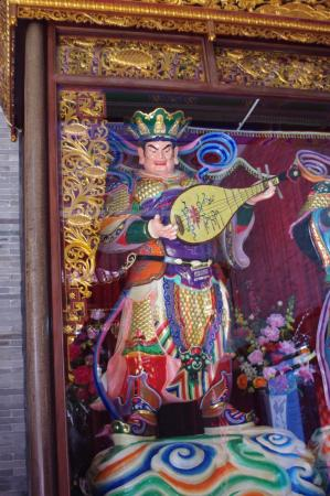 Guangdong, Kina: Statue in the temple