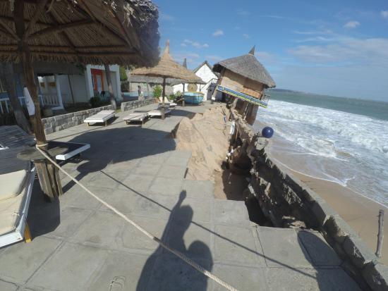 Green Coconut Resort: После шторма часть террасы обрушилась