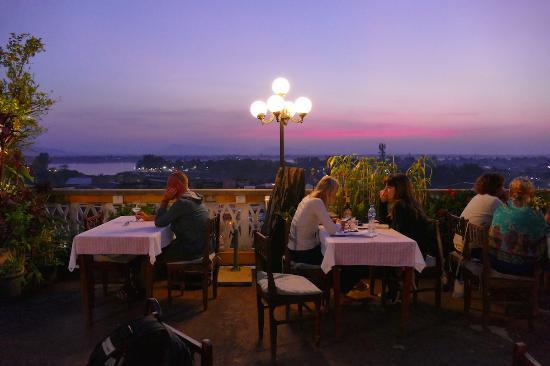 Pakse, Laos: Dachterrassen-Restaurant Le Panorama beim Sonnenuntergang
