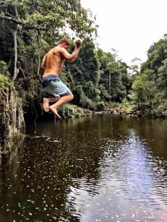 Maleny, Austrália: playing in the creek