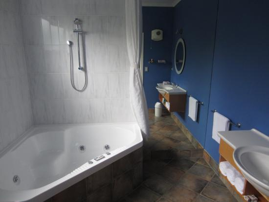 Tuscany on Thames: Bathroom with large spa bath and good shower