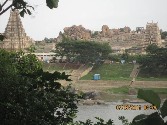 Sai Plaza Guest House: hampi river view