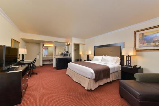 Rancho Cordova, CA: Relax in our spacious King room with a jacuzzi tub