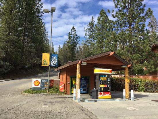 Bass Lake, CA: Shell gas station