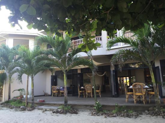 Anse Royale, Seychelles: вид на ресторан с уличной веранды и со стороны пляжа
