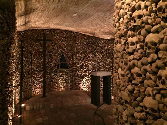 Brno, República Checa: all walls are in bones and skeletons.