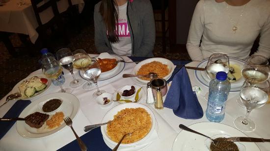 Waterloo, Belgique : Ternera, Gambas en salsa, Dolmas. Cada plato viene acompañado de ensalada, pasta o patatas frita