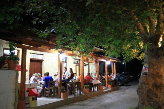 Kaliviani, اليونان: Exterior night
