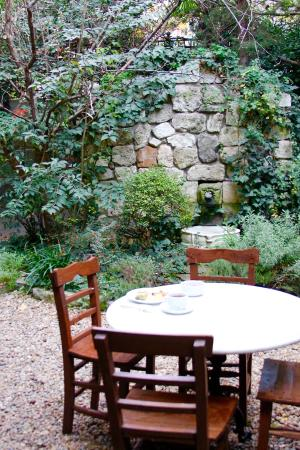 Hotel Empress Zoe: the garden where you can enjoy breakfast and complimentary afternoon appetizers