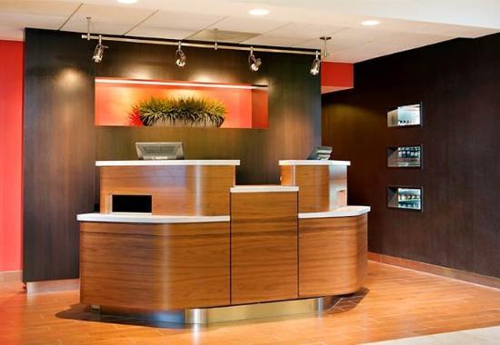 Courtyard Dallas Arlington/Entertainment District: Welcome Pedestals