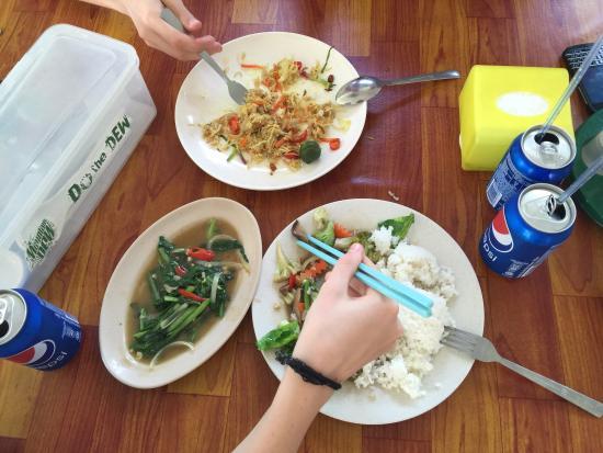 Papar, Maleisië: Wyśmienite duszone warzywa- WSZYSTKIE! Znakomite z ryżem. Nasz najlepszy obiad w Kota Kinabalu.