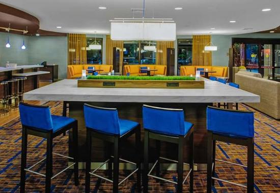Courtyard by Marriott Brunswick: Communal Table