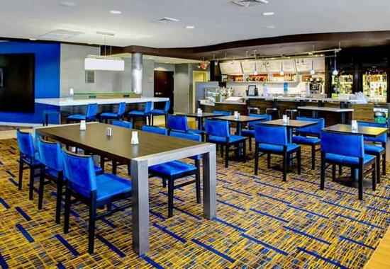 Courtyard by Marriott Brunswick: The Bistro Captain's Table