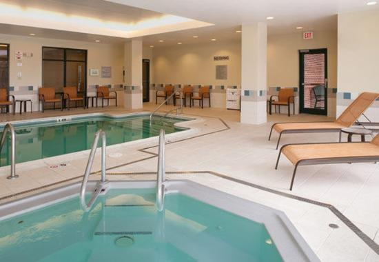 Waltham, ماساتشوستس: Indoor Pool & Whirlpool